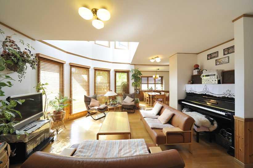茨城県つくば市Y様 不二建設 パッシブハウス 太陽光発電 ソーラー リビング R壁 ピアノ 吹抜け ダイニング カリモクソファ シャンデリア 腰板 ウッドブラインド 木製サッシ