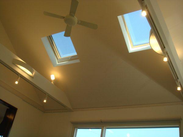 天窓で効果的に光を取り入れる勾配天井のある住まい~天窓+シーリングファン、照明の組み合わせがおしゃれなデザイン