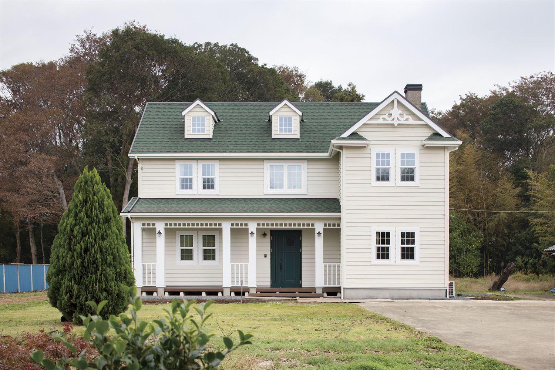 自然豊かな郊外の雰囲気に溶け込む人気のアメリカンハウス
