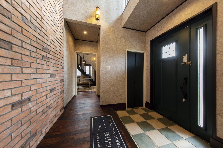 ブルックリンスタイルのかっこいい玄関ホールのアクセントウォール例