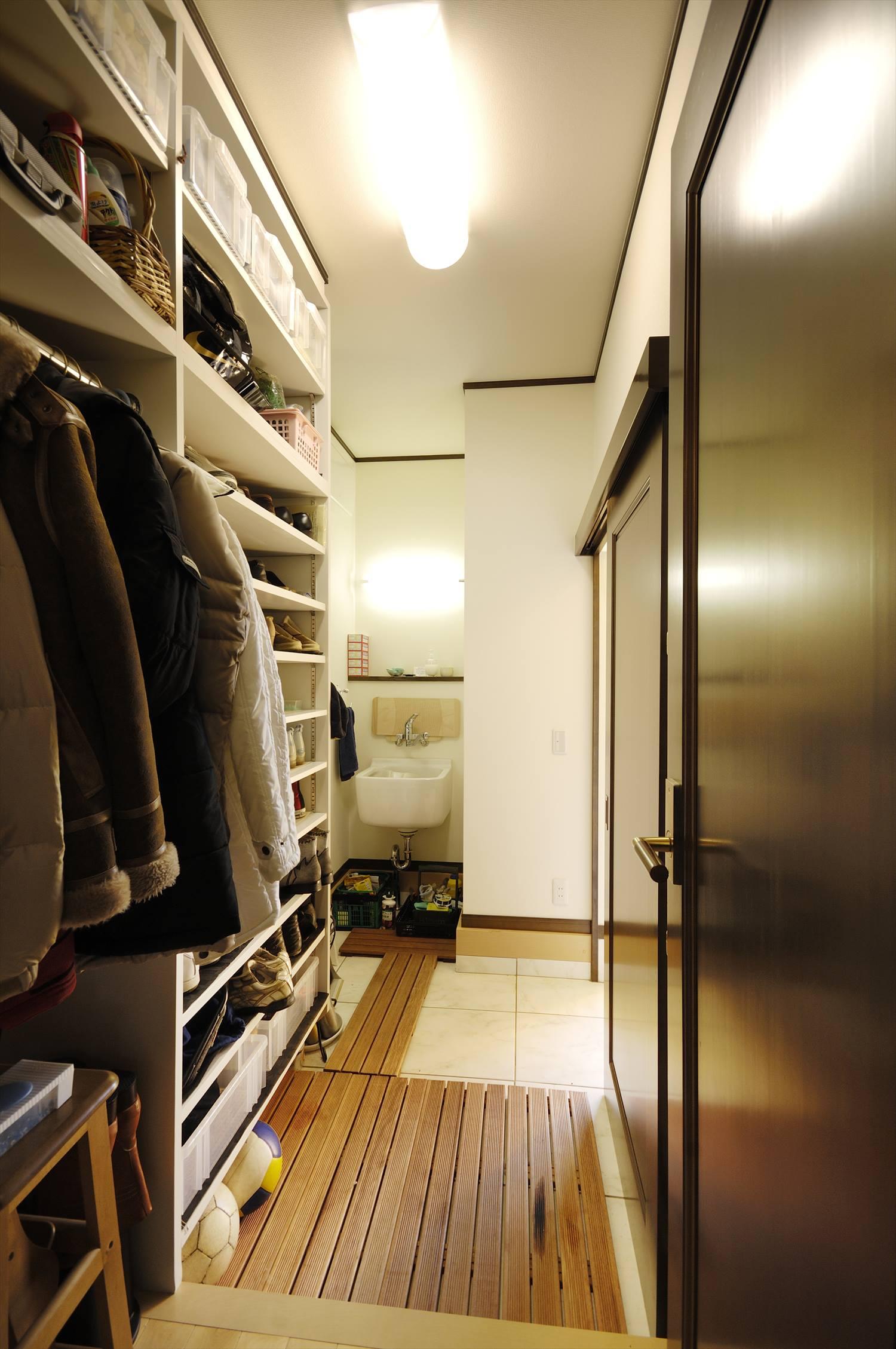 玄関に手洗い場にシューズクロークとファミリークローゼットを併設した施工事例