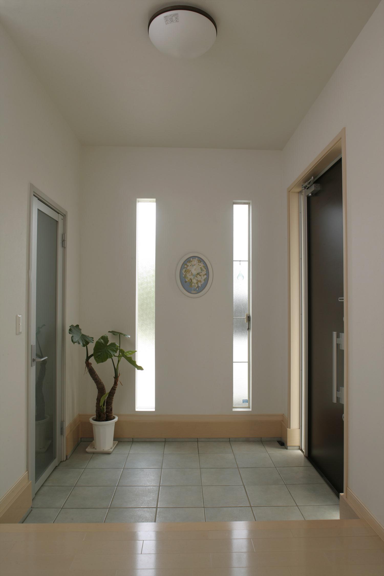 平屋の玄関の事例 縦スリットの窓からの光の取り入れ方が絶妙