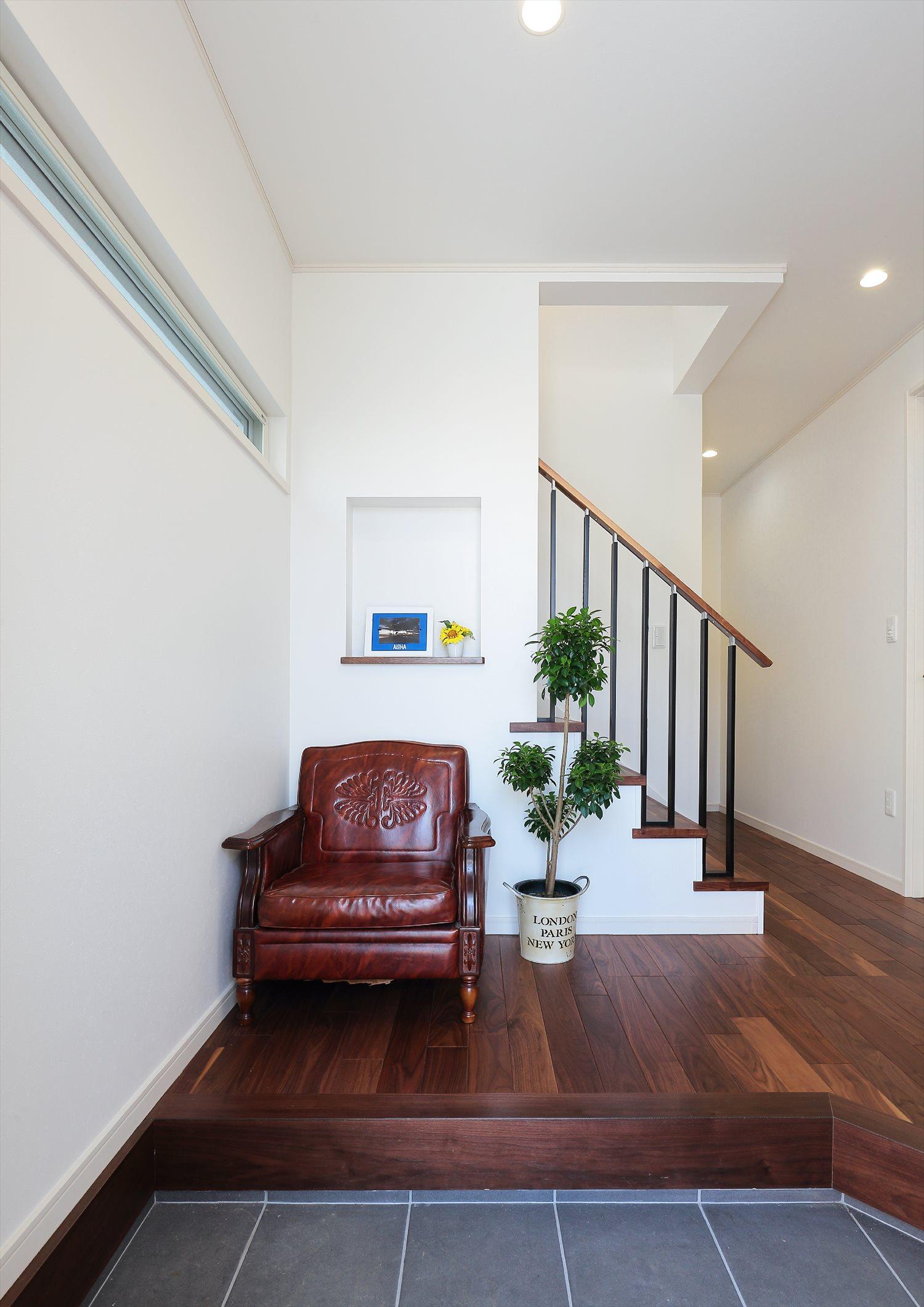 別荘のような家の内観:白の外観にダーク系の調度品が落ち着きのある空間