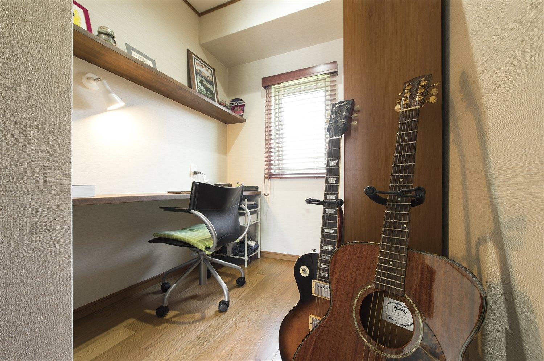 薪ストーブのある家の書斎は音楽に没頭できる趣味の部屋