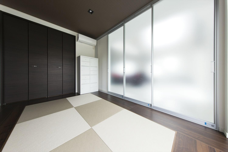 黒の外壁と白の内装のモダンスタイル