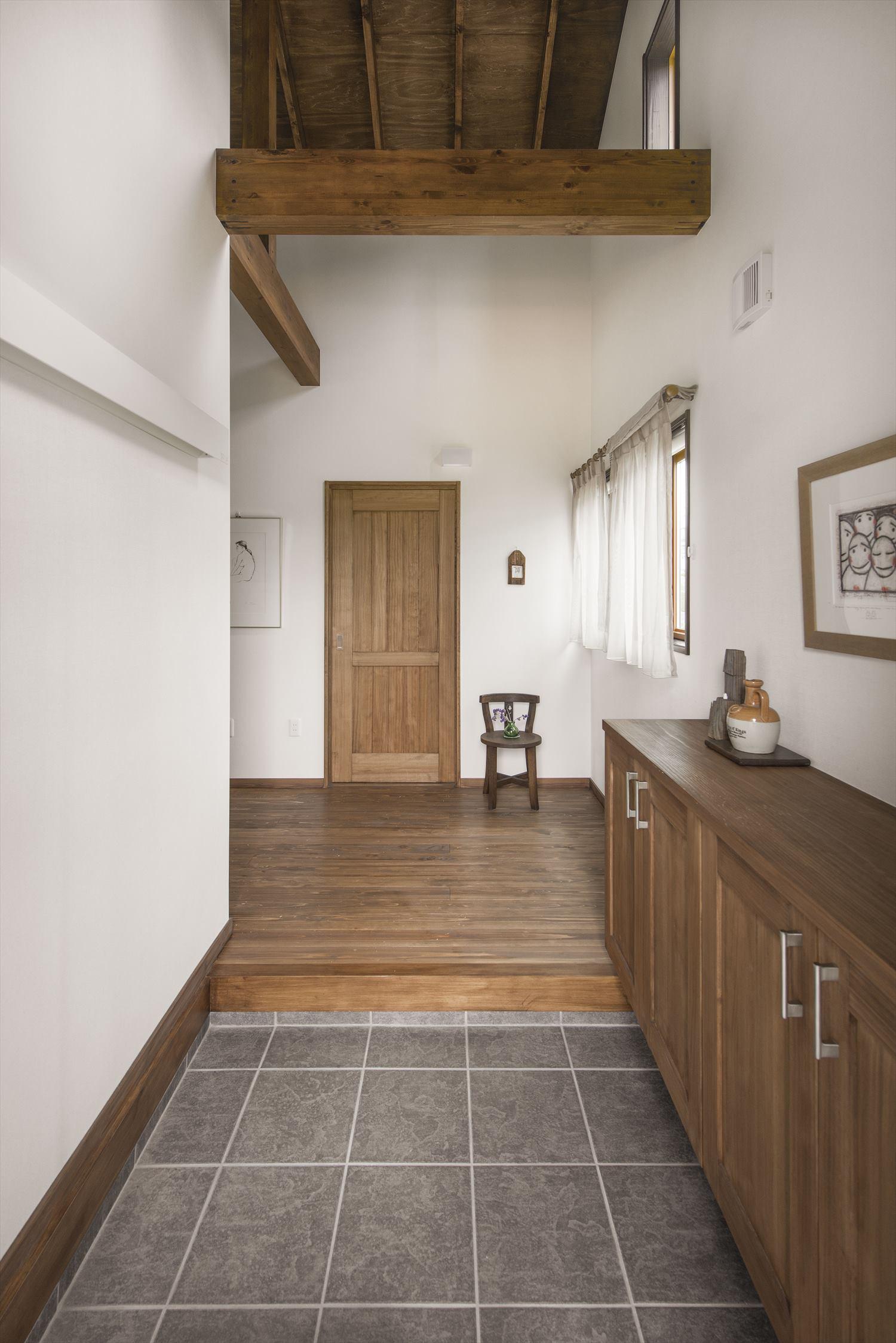 小さな平屋の玄関 完全自由設計の注文住宅ならでは空間づくり