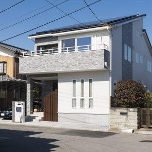 雰囲気の異なる上下分離型の二世帯住宅