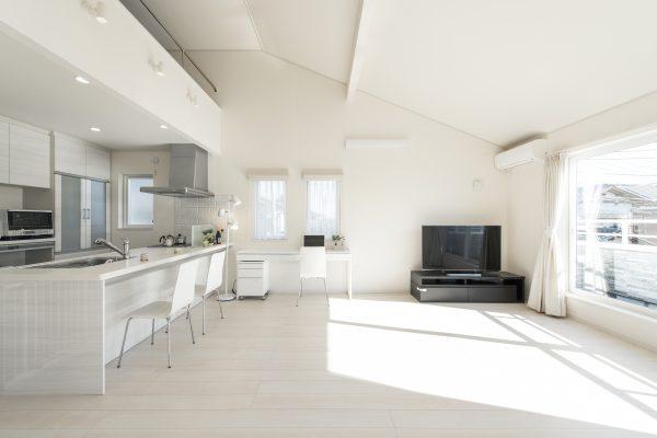 上下分離型の2世帯住宅の2階リビングの例。勾配天井の奥にはロフト収納がある