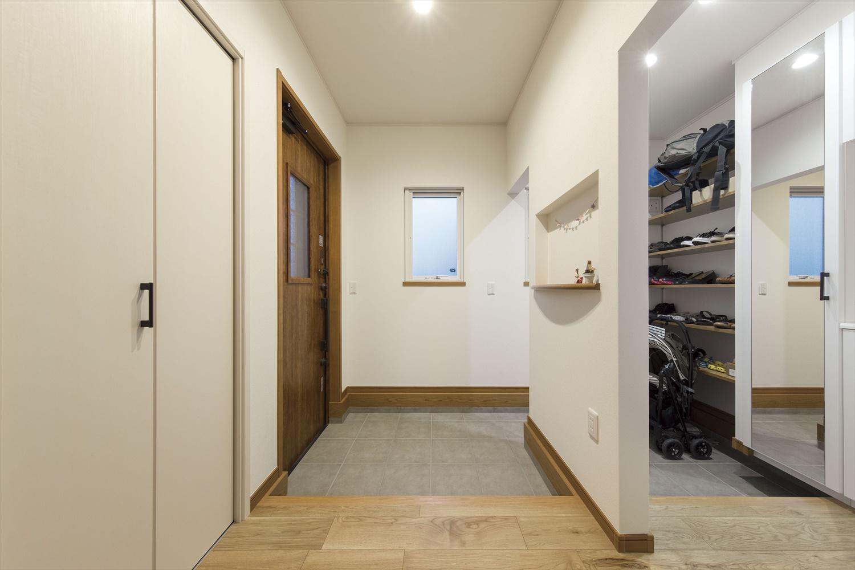 玄関にウォークイン型のファミリークローゼットを設置した施工事例