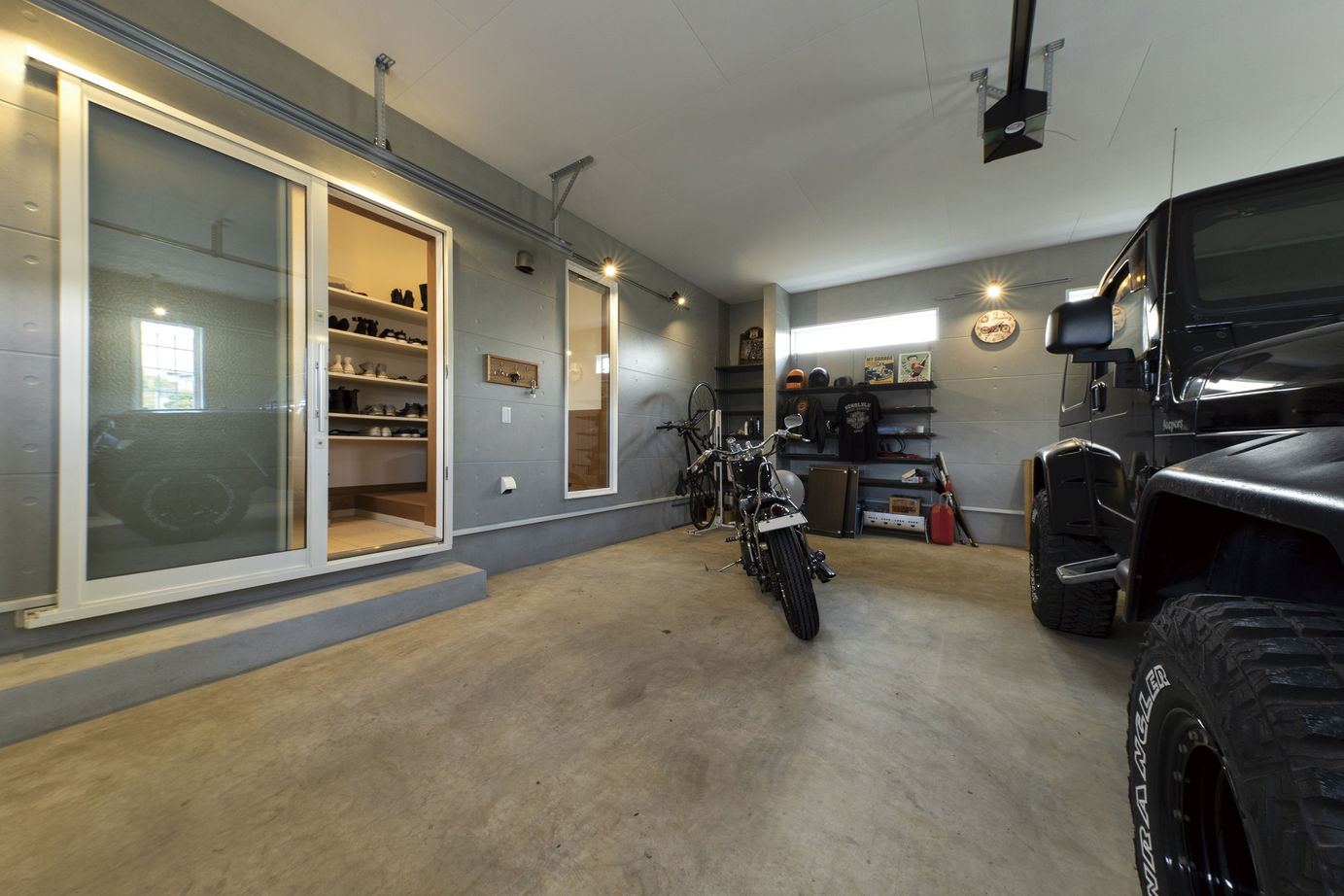 ガレージハウスの玄関への動線の間取りの事例 引き戸で収納もたっぷり確保