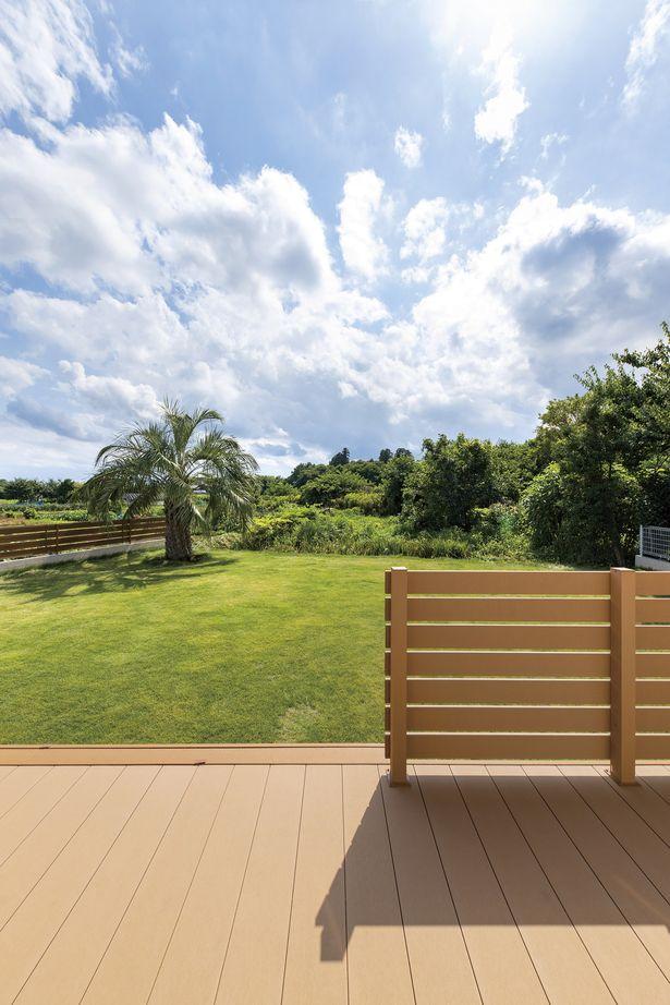 茨城ならではの自然に佇む平屋の外観 ウッドデッキからの風景は絶景