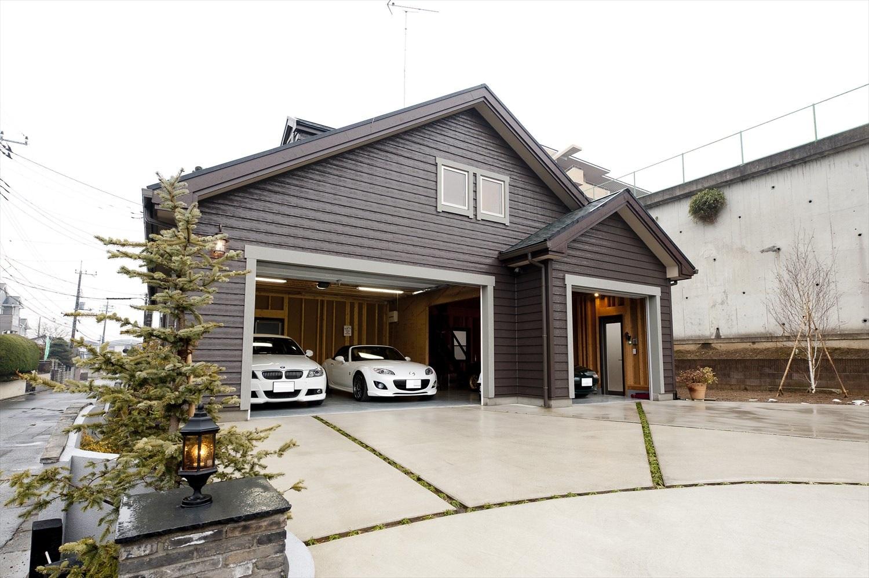 ガレージハウスの外観 庫内・公道までの空間もゆったり確保し安全性が高い