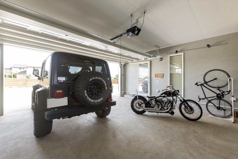 平屋のガレージハウスの画像:アウトドアライフを満喫できるようにビルトインガレージ付きスペースは余裕のある空間を確保