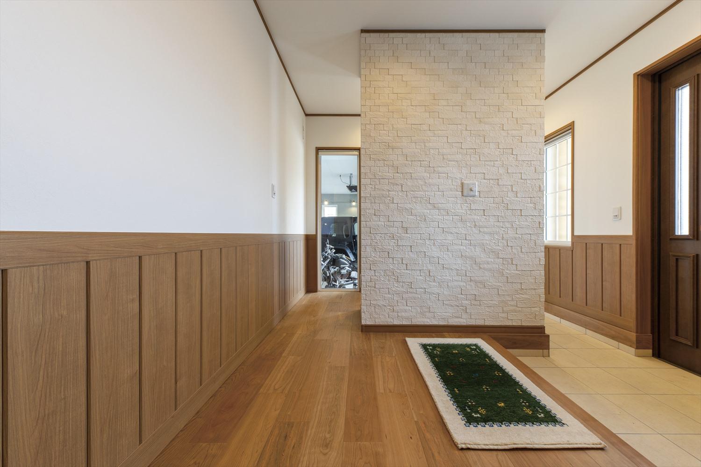 茨城の平屋のガレージハウスの玄関 動線もスムーズで済みやすい平屋の間取り