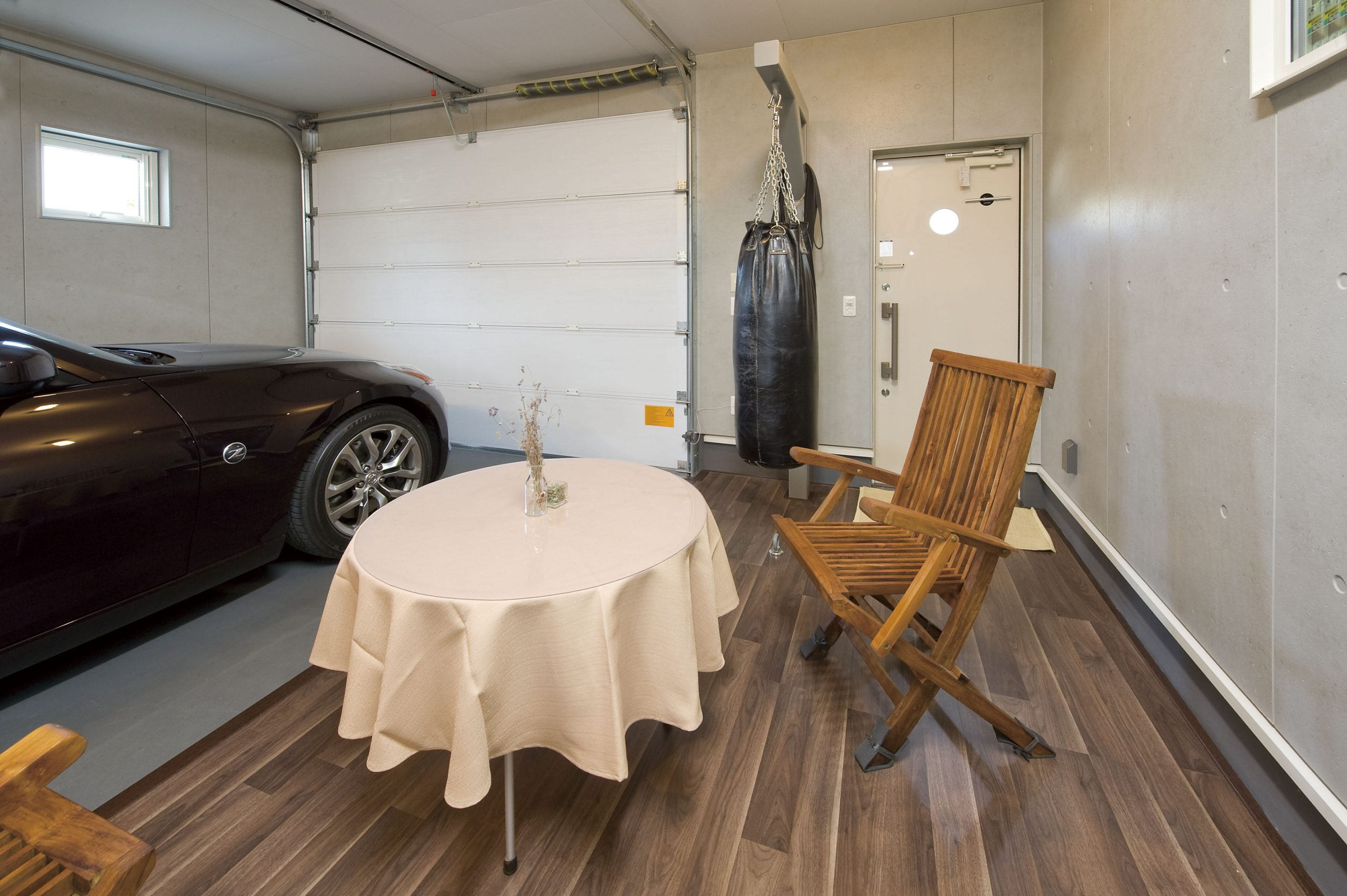 ガレージハウスの内観 ガレージスペースに愛車を眺められるスペースを確保した事例、車の手入れもしやすい