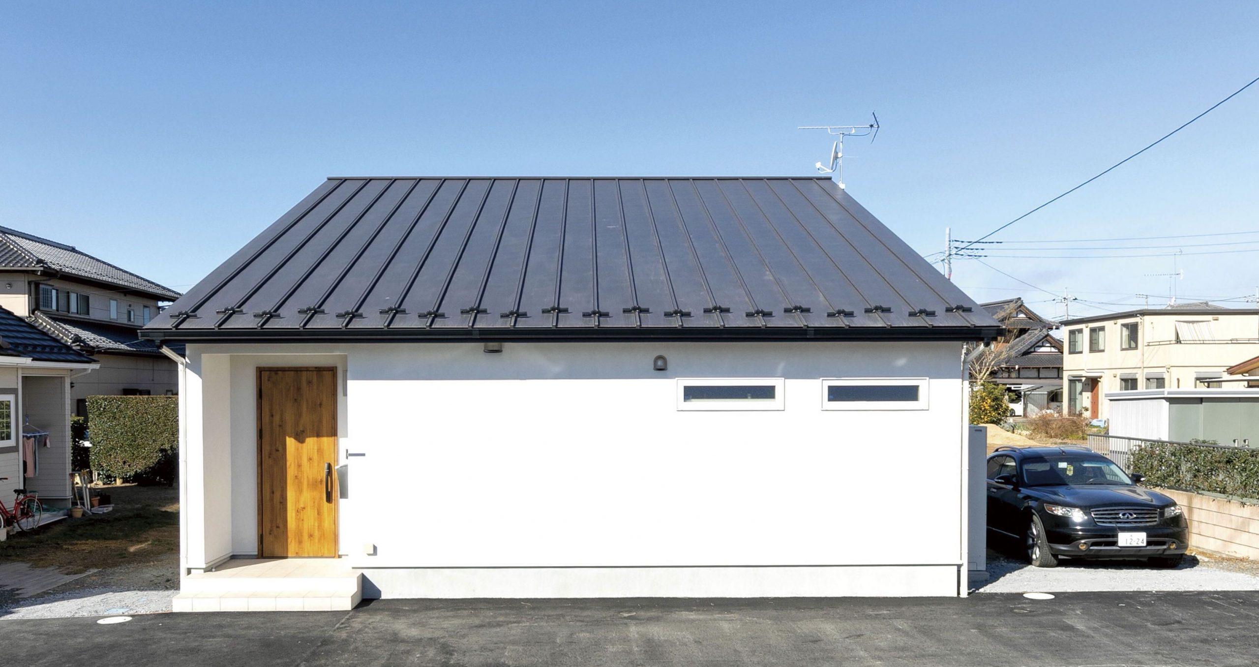茨城のおしゃれな平屋の外観 片流れの屋根にシンプルな白い外壁