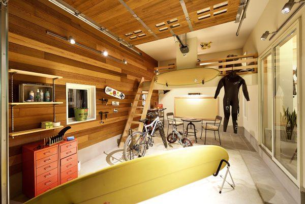 趣味を楽しむ大人のガレージハウスのモデルハウスの内観の画像:サーフボードや自転車など趣味人に人気の憧れのガレージライフのアイディアが満載