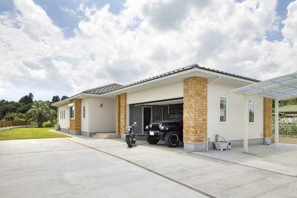 自然環境と調和するアメリカンスタイルの平屋+ガレージハウスが魅力的