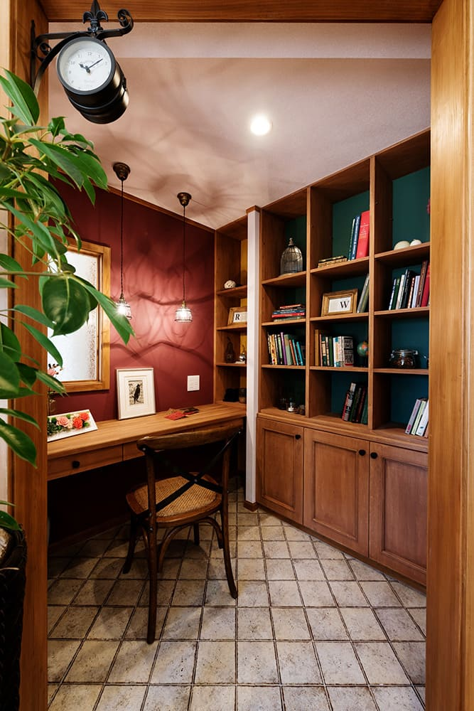 アクセントクロスでつくるヴィンテージスタイルの書斎スペース