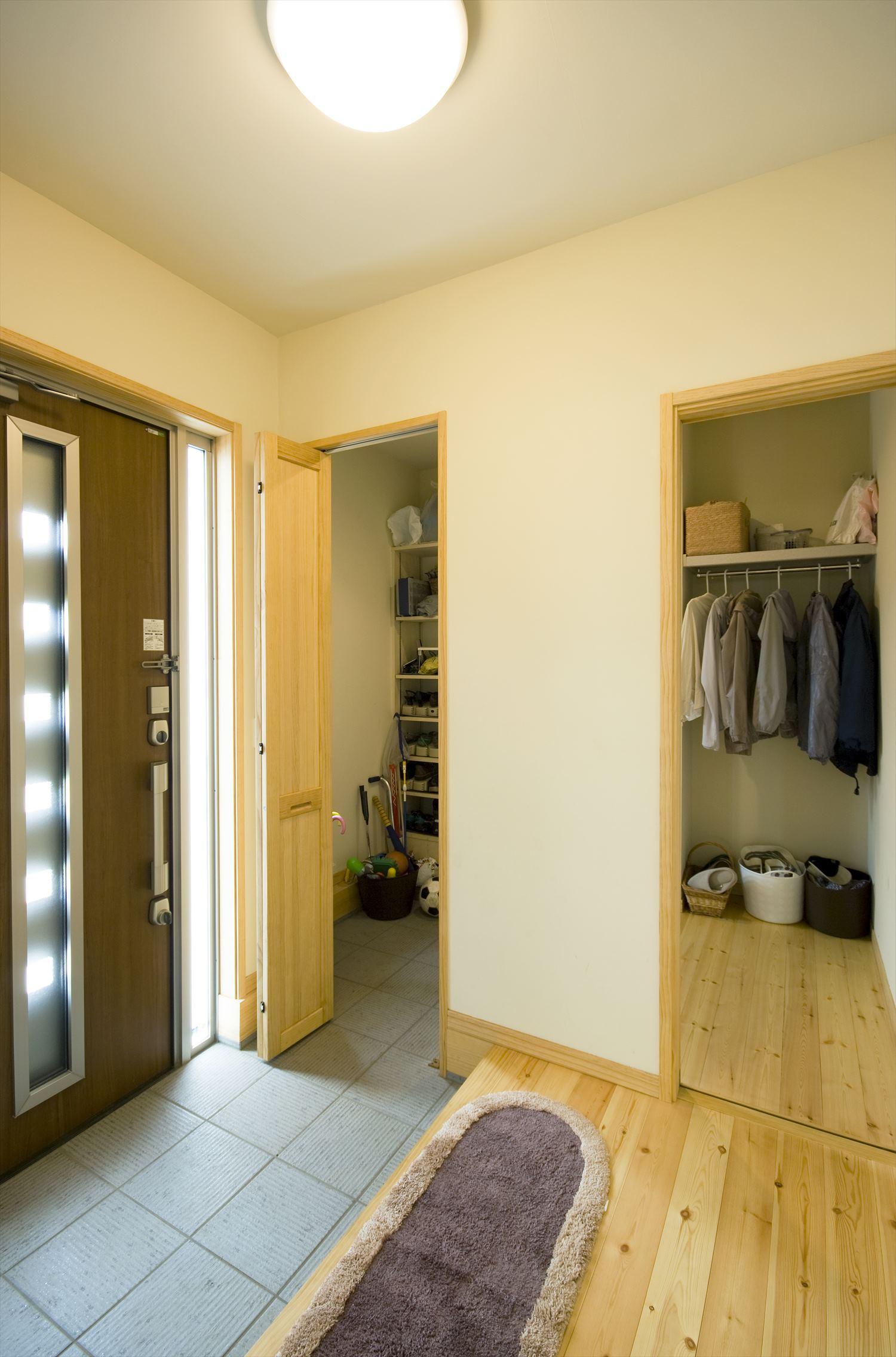 ドア付きでフレキシブルに開閉できる玄関土間収納~便利な動線と収納を叶えるウォークスルークローゼット