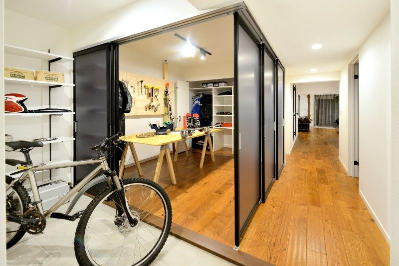 土間玄関の一角にパーテーションで囲まれた趣味の部屋を確保~使い勝手に合わせて開閉可能な自由空間