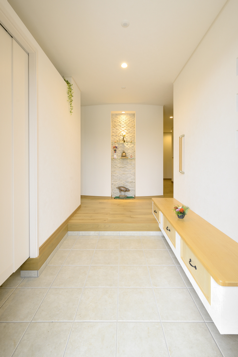 洗練されたデザインの奥行きある玄関~シューズクローク付き土間玄関のある新築