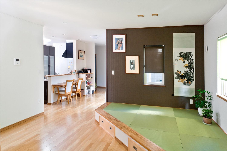 鮮やかなグリーンが美しい小上がり畳スペースのある和モダン住宅