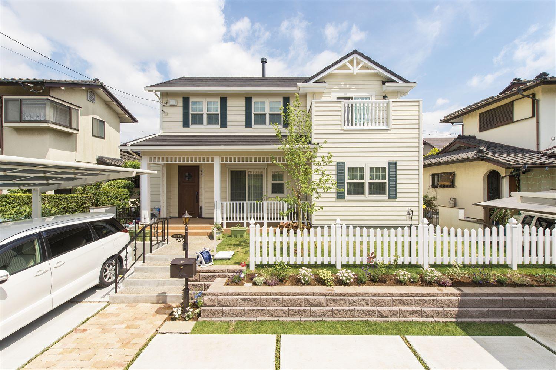 外壁の色と窓のコーディネートがおしゃれ~近隣住宅とも相性の良いアメリカンスタイルの住まい