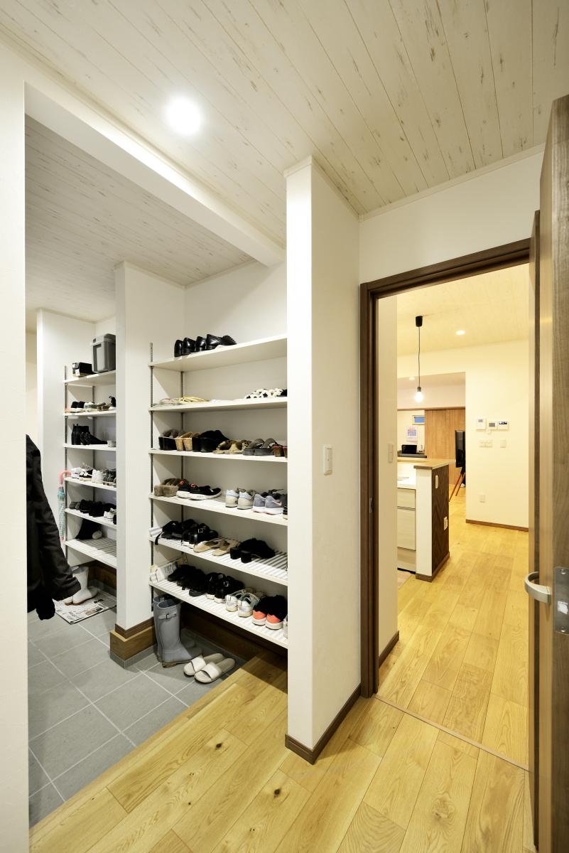 ドアを開けるとすぐキッチン~最短移動が叶う便利な収納付き玄関