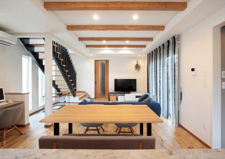 シンプルな色合いとモダンなデザインがおしゃれなリビング階段のあるLDK