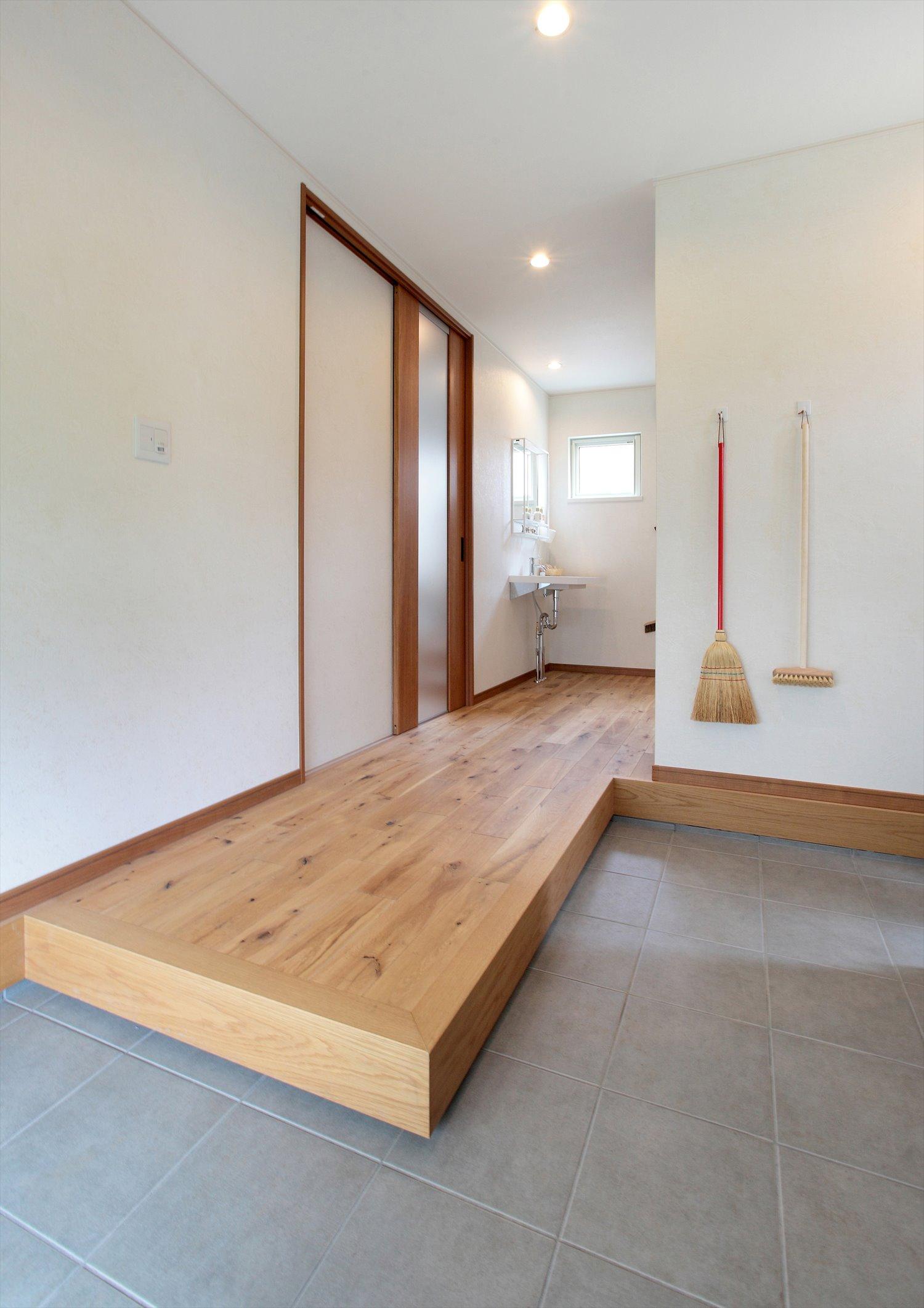 手洗いスペース付き、引き戸で仕切られた玄関空間