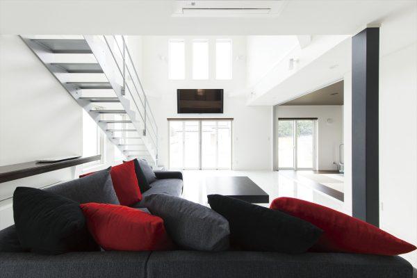 モダンなインテリアの開放的な内装~家中が隅々まで快適になる高断熱の家