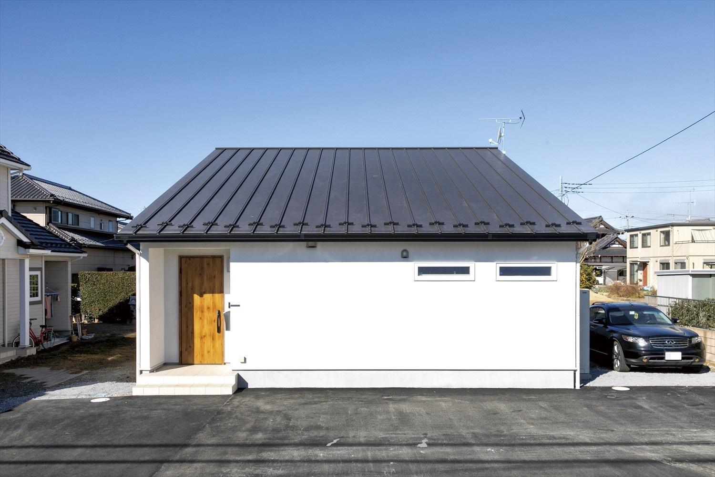 シンプルな平屋~黒屋根と白壁のコントラストが美しい仕上がりの家