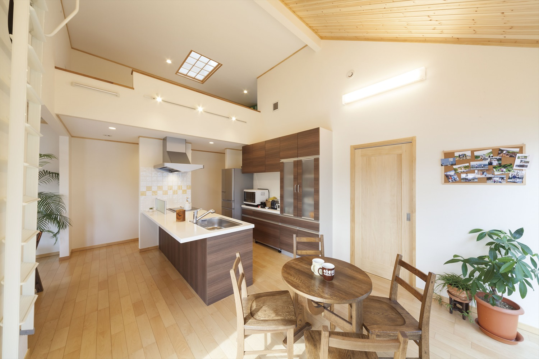 玄関とドア1つで仕切られたキッチン・ダイニング空間