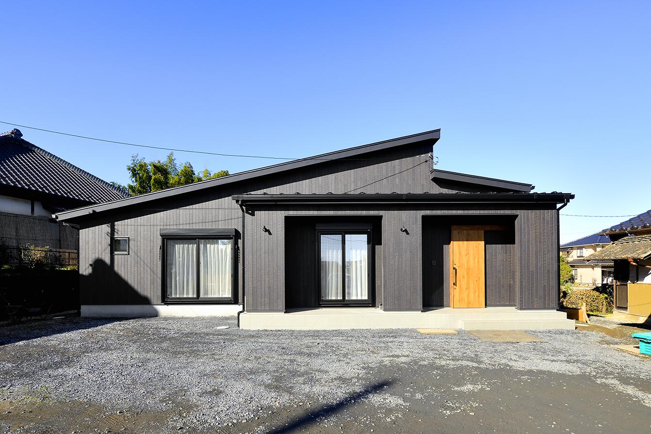 人気デザイン~ブラックの外壁とナチュラルなブラウンの玄関扉はスタイリッシュな組み合わせ