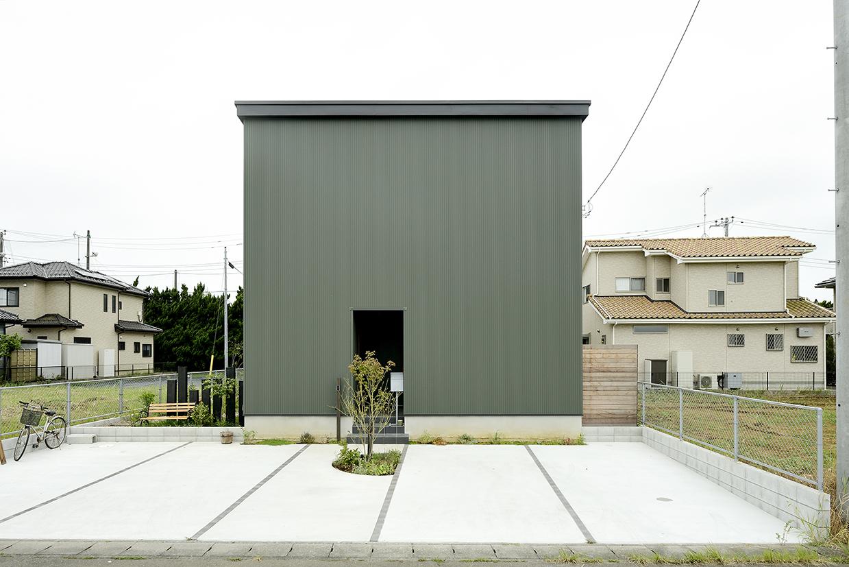 継ぎ目のないガルバリウム鋼板を外壁に採用~シンプルモダンなキューブ型のおしゃれな新築外観
