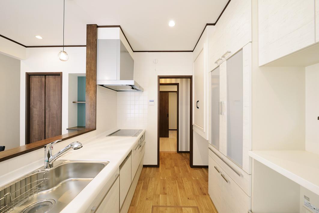 通り抜け可能な回遊性を重視したキッチンスペース