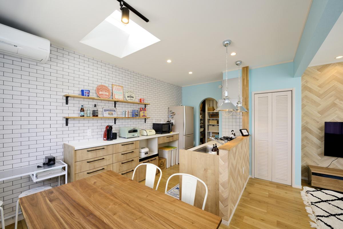 おしゃれなカフェのような楽しいキッチン空間~魅せる背面収納とパントリーのあるキッチン