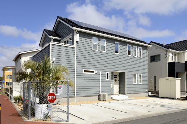 三角屋根が総二階の外観を引き締める~妻切り屋根でつくるおしゃれな海外スタイルの家