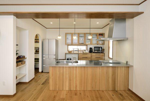 ナチュラル素材や控えめな照明・装飾が無機質な素材を引き立てる~自然と肌に馴染む北欧デザインのキッチン