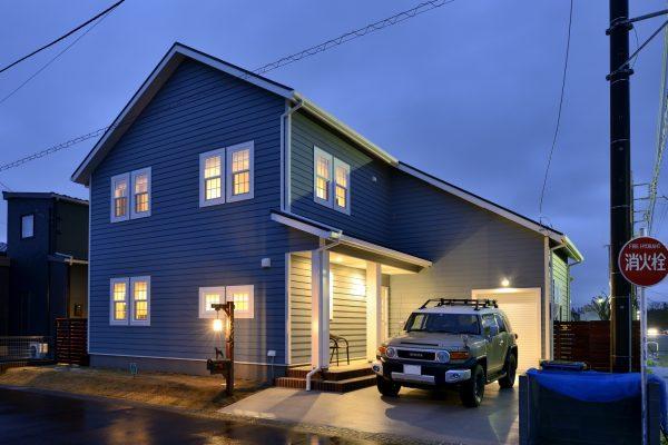 アメリカンスタイルがおしゃれなインナーガレージのある注文住宅~自由設計の間取りが楽しい趣味と暮らす住まい