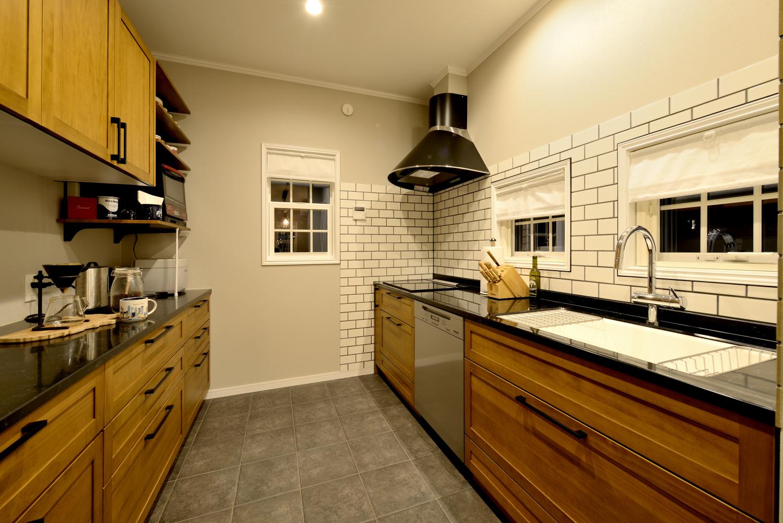 ウッディな収納棚がおしゃれなキッチンスペース~充実の背面収納