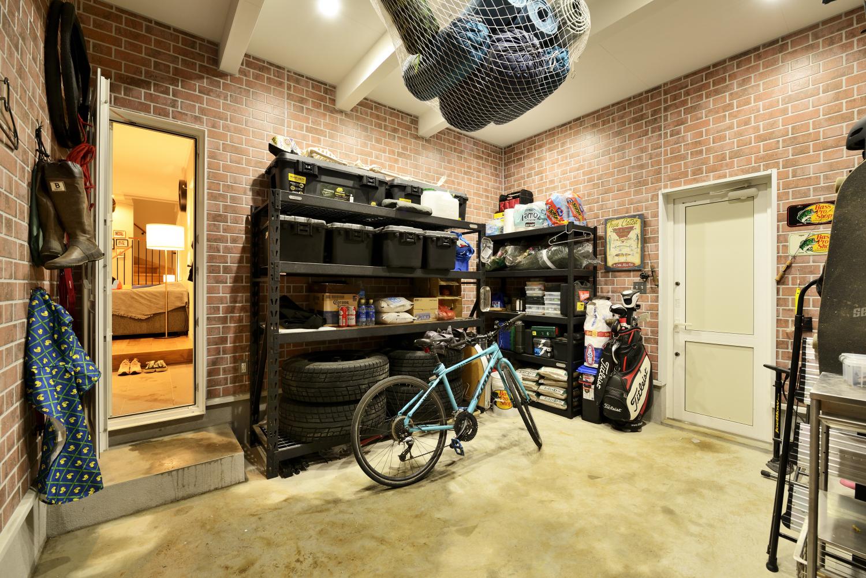 玄関から仕切りなくリビングが広がる間取り~土間でガレージにつながる動線が便利な玄関設計