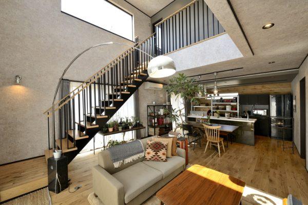 開放的な吹き抜けリビングをおしゃれに彩るデザイン階段
