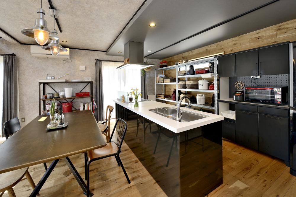 造作感のある魅せる収納がおしゃれな背面収納のあるキッチン
