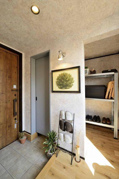 ナチュラルと無機質なカラーのレイアウトがハイセンスな玄関空間