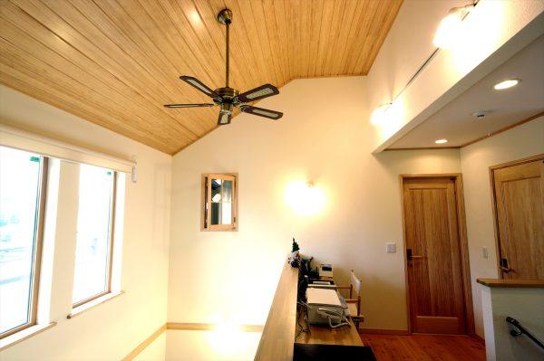 階段フロアの勾配天井がおしゃれな内装~シーリングファンと照明のコーディネートがおしゃれな2階廊下