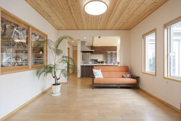大空間を一年中快適に暮らすための高断熱性能~樹脂トリプルサッシ・高性能エアコン・ヒートポンプ床暖房を採用した年中快適な住まい