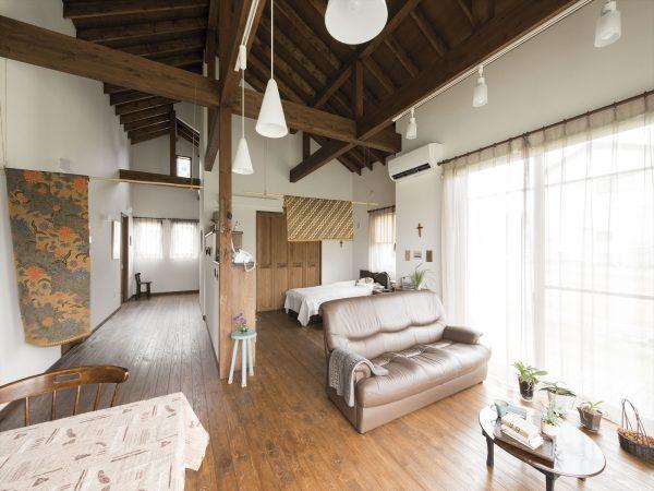 垂木を仕上げ材にして、古民家風の勾配天井にした例。ワンルームでつながる平屋なので、どこにいても快適な空間に