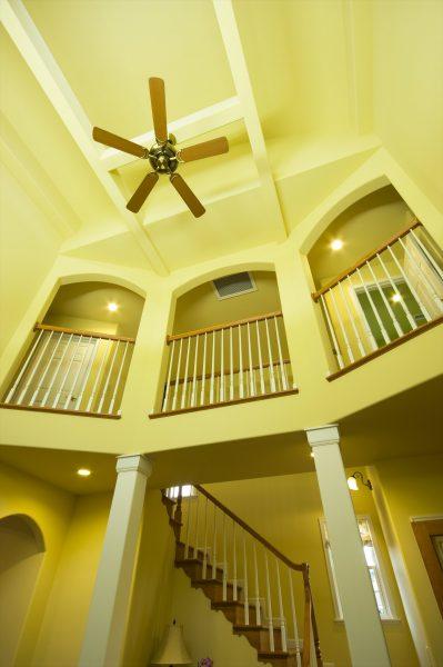 海外ドラマに出てくるような開放的でおしゃれな吹き抜け階段のある二階廊下